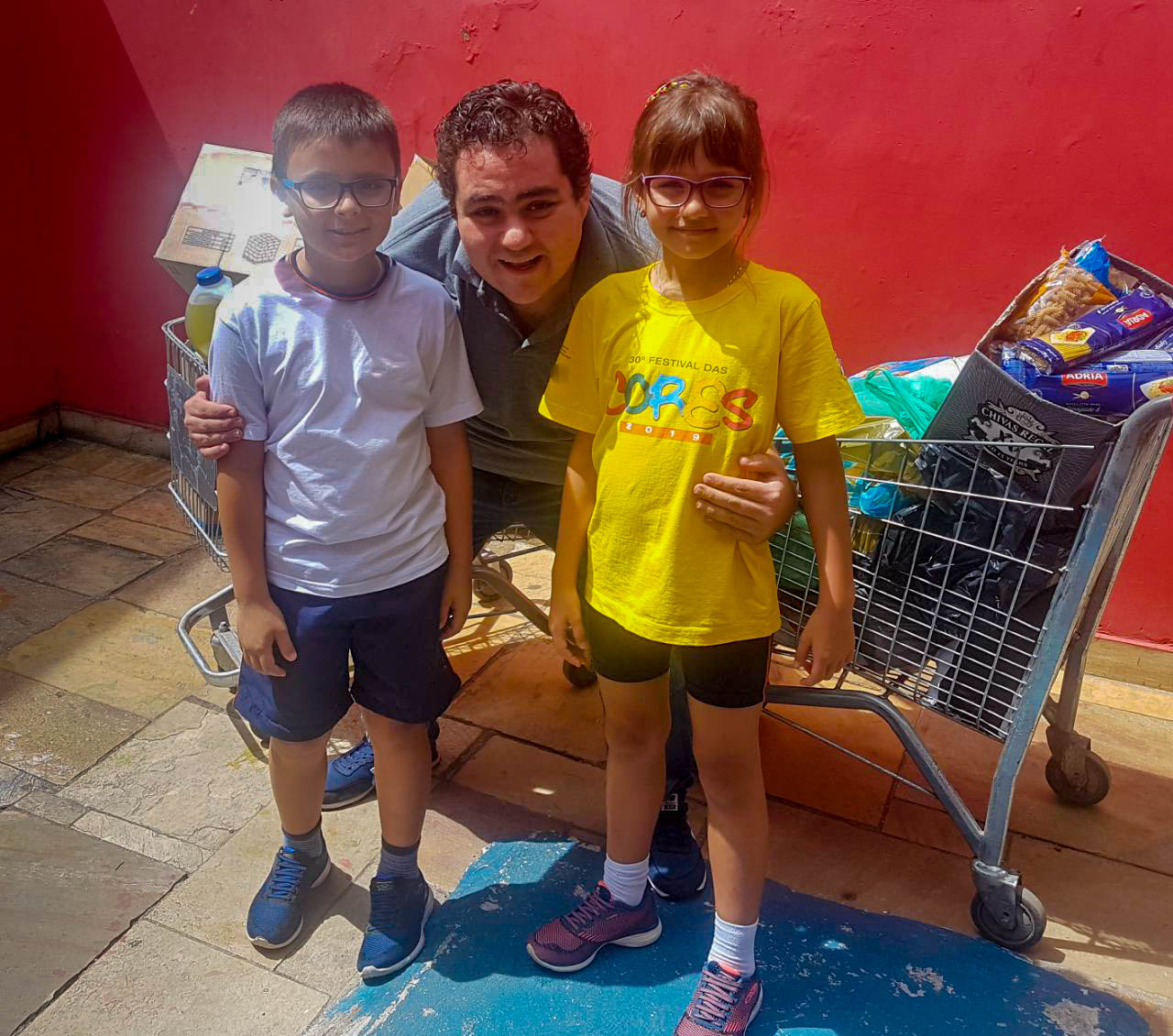 Gêmeos que doaram seus presentes para a Festa Solidária do Gotas de Flor